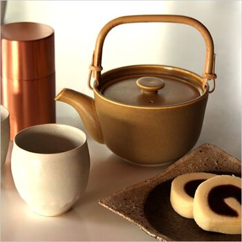 釉薬の色ムラがノスタルジックな雰囲気を思わせる急須。和モダンなカラーリングやデザインで、日本茶との相性も抜群です。口が広いので茶葉を入れやすく、容量も500ccとたっぷり使えるのが魅力的。