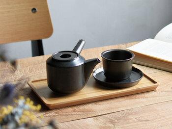 同シリーズのカップ&ソーサーは、飲み口部分にリムを施したデザイン。持ち手となるだけでなく、お茶を飲む際の口当たりも滑らかにしてくれます。