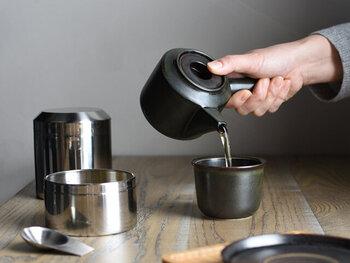 シンプルで伝統的なデザインに見せながらも、エッジを利かせたフォルムの急須。和モダンなテイストで、インテリアを邪魔せず日本茶にもぴったりな茶器です。波佐見焼の白磁にマットな質感の釉薬を施し、シックなブラックカラーに仕上げています。