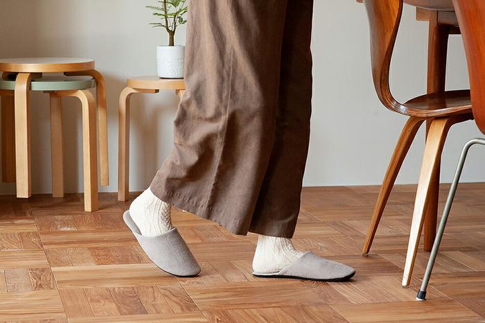 高齢になると、ちょっとしたつまづきがケガの元に。普段から足腰のためにも歩くことを習慣づけたいですね。そこで、家の中を歩き回るのが楽しくなるようなスリッパがこちら。