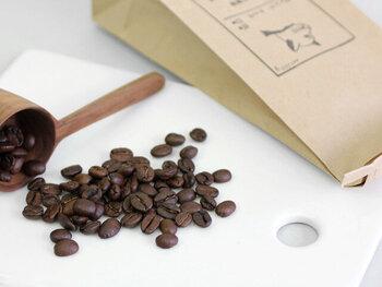 コーヒーにこだわりのある上司にプレゼントを贈るなら、コーヒー豆もおすすめです。こちら「プシプシーナ珈琲」は、香川県高松市にある自家焙煎珈琲店のオリジナルブレンド。可愛いスタンプとレトロな紙袋は、そのままキッチンに飾っておいても画になりそうです。価格は540円~(税込)。