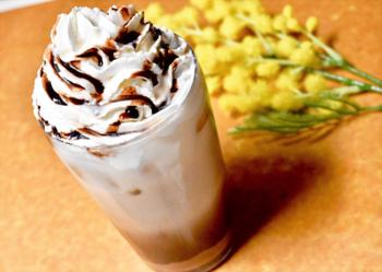 マロンクリームを混ぜ、風味に仕上げたカフェモカのアレンジレシピ。コーヒーのほどよい苦みやほわっと広がるマロンの風味が心地よく、飲みごたえ抜群のドリンクです。