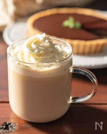砂糖の代わりにホワイトチョコを使い、甘さと濃厚さをアップさせたカフェモカのアレンジレシピ。ホワイトチョコレートを溶かすときは、温め過ぎを防ぐために様子を見ながら少しずつ加熱していくのがポイントです。
