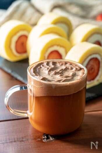 ドリップコーヒーにチョコレートのホイップクリームをのせた、スイーツのように贅沢なアレンジレシピ。ホイップクリームは手軽に市販のものを使ったり、手作りして好みの甘さに調整してもOKです。