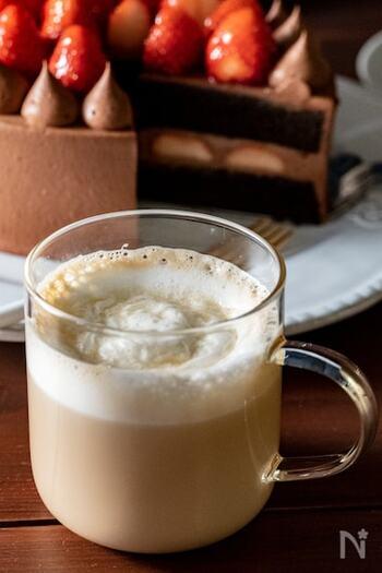 練乳とはちみつを合わせて、ほんのり優しい甘さに仕上げたカフェラテのアレンジレシピです。牛乳はしっかりと温めてから泡立てるのがふわふわに仕上げるコツ。