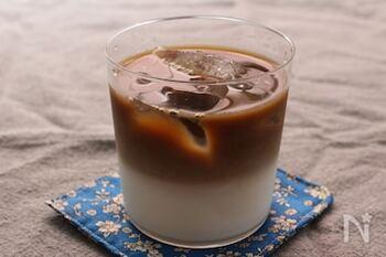 コーヒーと牛乳の比重の違いを活かした2層仕立てのカフェオレレシピ。コーヒーを静かにそっと注ぐのがコツです。
