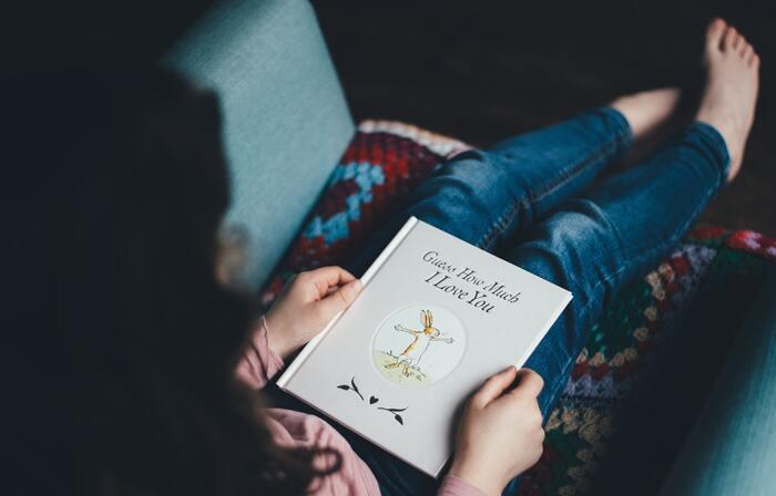 アロマキャンドルの光と香りに包まれながらゆっくり読書をしてみてはいかがですか?夜の読書を楽しめば楽しむほど、嫌なことや悩みの種が頭の中から消えていくので、心が落ち着いてくるでしょう。