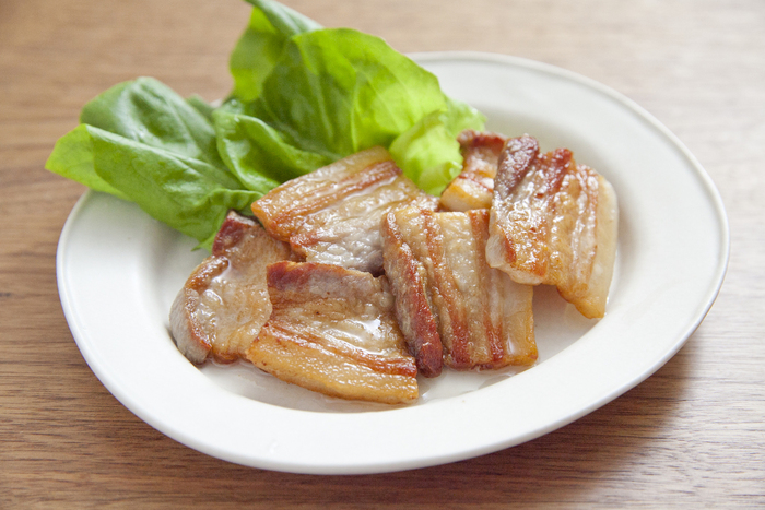 かたまり肉に塩をすりこんで熟成させるだけ。ただ焼くだけでもよし、ポトフや豚汁などさまざまな料理にも活用できます。