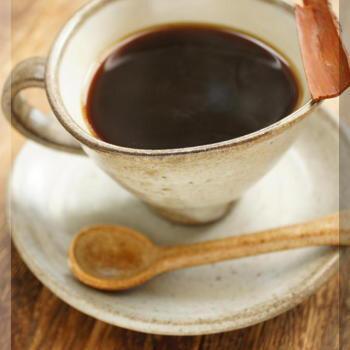 ドリップコーヒーにアップルブランデーを加えて作る、大人風味のアレンジレシピ。コーヒーの苦みにブランデーの奥深い風味がよく合い、ほっと一息つきたいときにもぴったりです。