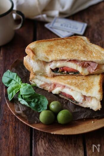 イタリアンの定番食材トマト、バジル、モッツアレラなどをサンドすればマルゲリータ風のホットサンドの出来上がり*フライパンでラフにつくれる大人な軽食ですね。
