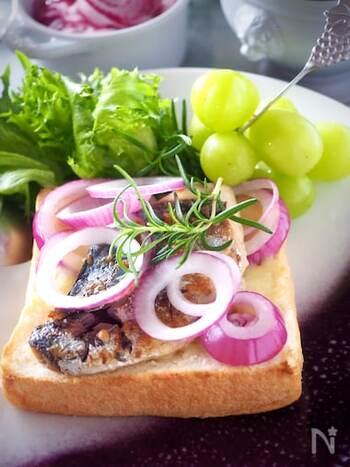ハーブで香りよく漬け込んだ鯖のオイル煮を大胆に乗せたオープンサンド。酸味のきいた紫玉ねぎのマリネを合わせれば、さっぱりおしゃれにいただけますよ。