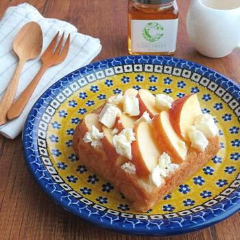 さっぱり爽やかなクリームチーズとりんごのオープンサンド。仕上げにはスーパーフードとして注目されるキャロブのシロップを添えて。ビタミンミネラル豊富でヘルシーに仕上がります。