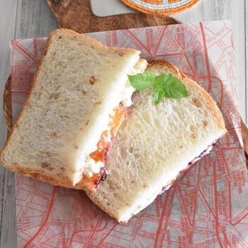 カッテージチーズ特有のほろほろとした食感が、しゃくしゃくと果実入りのジャムととてもよく合います。チーズの爽やかさとジャムの甘みのある2種類の酸味が絶妙でクセになりますよ。