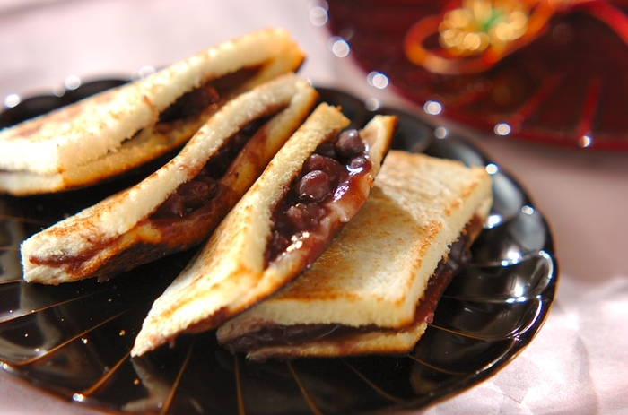 あんことお餅、和菓子の組み合わせもトーストでサンドすれば一層香ばしく仕上がります。アツアツにプレスして、お餅がとろっと溶け出す美味しさがたまりません。バターを入れても◎