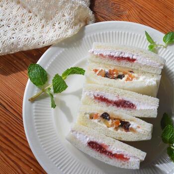 ジャムと一緒にクリームチーズをサンドするだけで、贅沢なフルーツサンドのような味わいに。食感にドライフルーツをプラスして、キラキラと彩りも楽しめますね。