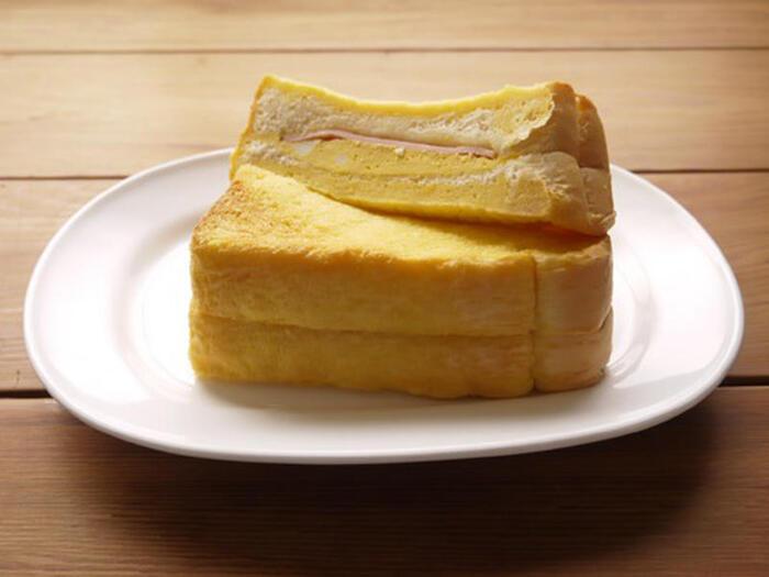 卵液をたっぷり染み込ませたフレンチトーストでたまごを挟む、とことんたまごを堪能できるフレンチたまごサンド。一緒にサンドしたハムがいい仕事をしてくれています。