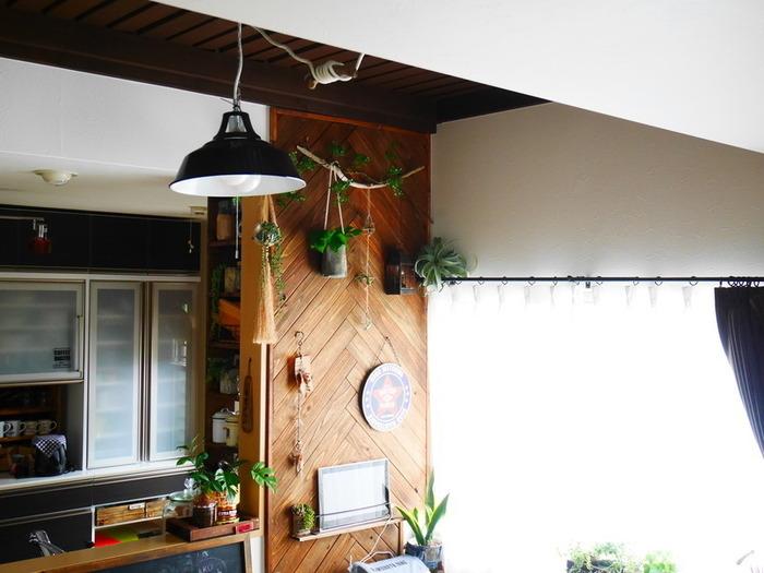 板は並べるだけでも素敵ですが、せっかくなら少し手間をかけてヘリンボーンに仕上げてみると、お部屋のおしゃれなアクセントに◎  いずれの設置方法でも先にペイントしてから板を組んでいきましょう。