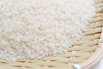 """実はお米、鮮度が命の「生鮮食品」。お米は、精米したての米が一番フレッシュで美味しいのです。そして、食感、食べ心地も良いですよ。  ほおっておくと(空気に触れれば触れるほど)酸化して、米の風味が落ちます。それゆえ市販のお米は""""早く使い切る""""ことが美味しく食べる条件の1つとも言えます。         *   *   *  そこで【家庭用精米機】が活躍。 「市販のお米」なら早く使い切る必要がありますが、「使うたびに、使う分だけの玄米を【家庭用精米機】で精米する」方法ならば、早く使い切ることを意識しなくて良し◎ 常に鮮度のいいお米を炊いて、美味しいご飯を味わえます。  ちなみに最近の【家庭用精米機】には、「玄米の精米機能」に加え、「市販の白米を磨き直す機能」も、基本機能として搭載されています。【家庭用精米機】は安い製品が多いので、「市販の白米を磨き直す機能」メインの使い方をするのもオススメです。"""