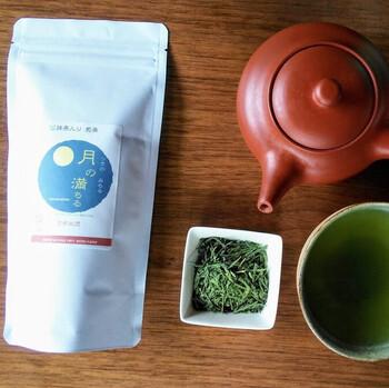 木津川市で、安全にこだわったお茶づくりをしている森井ファームの「月の満ちる」。抹茶と煎茶、かぶせ茶を合わせています。かぶせ茶は限定的に茶葉を日光から覆うため、煎茶と玉露の間のような特徴ですよ。豊かな味の広がりを楽しんでみてください。