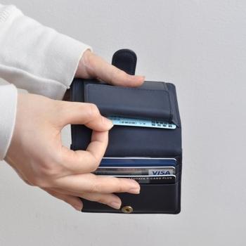 カードポケットは3つ。と思いきや、小銭ポケットの後ろにも収納場所が。財布の中も、すっきりスマートでごちゃつかない。整理上手だと、行動もスマートになれそうですよね。