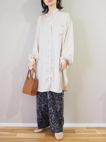 今年らしい着こなしのお手本とも言えるロング丈のサテンシャツ。ラフなイージーパンツも品よく魅せてくれます。エレガントなバッグとのバランスもgoodです。