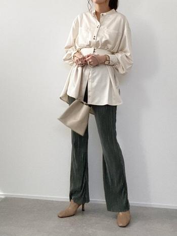 ゆったりシルエットのサテンシャツは、ウエストマークでスタイルアップ。光沢のドレープが美しく見える上、パンツのブーツカットもスッキリして着こなしにメリハリがつきますね。