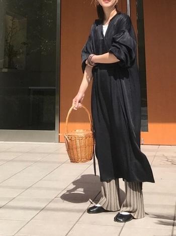 こちらも黒のサテンワンピですが、パンツと合わせることでカジュアルな着こなしに。重たくなりがちスタイリングもカゴバックがアクセントとなり、軽やかな春らしい装いに仕上げてくれています。
