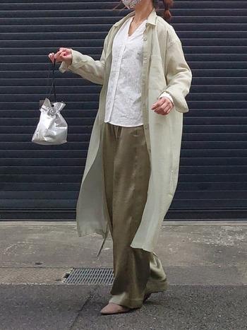 テロッとしたとろみが魅力のサテンパンツ。ラフにロングシャツを羽織ってリラクシー感を演出するのもgood。シルバーのバッグを合わせた遊び心も可愛いですね。