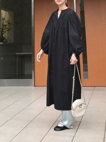 サテンのカラーパンツは派手になりがちですが、ワンピの裾からチラリと覗かせた着こなしは、大人女性におすすめ。さりげないトレンドの漂わせ方がおしゃれです。