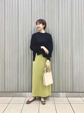 華やかさたっぷり、キレイ色のサテンスカート。トップスには引き締めカラーをプラスすることで、クールでスタイリッシュな雰囲気に仕上がります。
