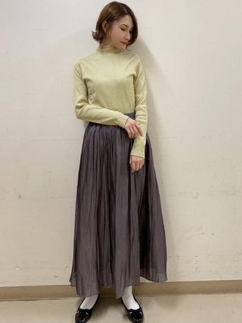 グレーのフレアスカートにはキレイ色のトップスを合わせて。シンプルですが華やかさのあるコーデに仕上がっています。上品でクラシカルな雰囲気があり、大人女性も真似しやすい着こなしです。