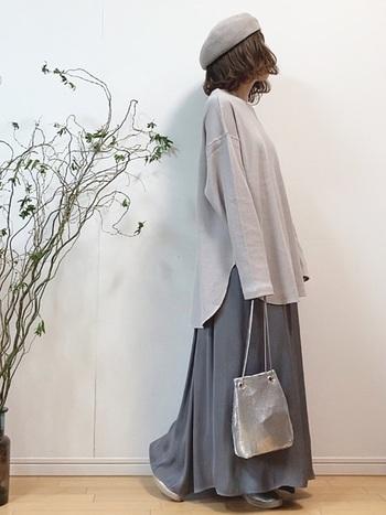 トーンが暗めのサテンは、同じく光沢があるシャイニーなバッグを合わせると春夏でも軽やかに着こなせます。ルーズ感もワントーンでまとめることで、ナチュラルな雰囲気が出て素敵ですね。