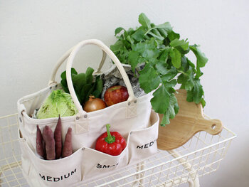 丈夫なキャンパス生地で作られた、充実したポケットが特徴のベジバッグです。ポケットごとにお野菜を立てて収納できるから、見た目にオシャレでかっこいいですね。