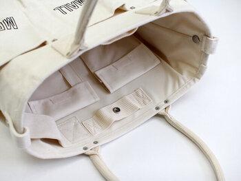 ポケットは内側にもたくさん付いています。重たいものを入れても持ちやすい、丸みのあるハンドルも快適そうです。