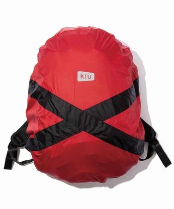リュックサックをすっぽりと覆うことができるカバーは、急な雨にも対応できて便利なアイテムです。ポリウレタンコーティングしたナイロン生地だから、軽くて丈夫。パッカブルなので、天気が気になる時にはバッグに忍ばせておきたいですね。