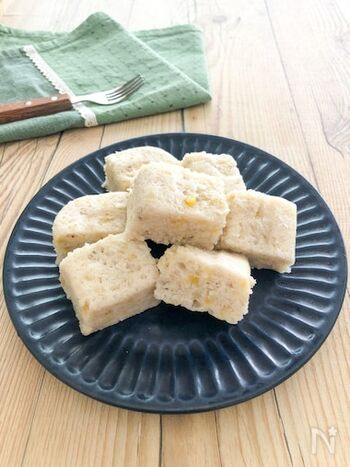 砂糖なしバナナの甘味だけで作った優しい味の蒸しパン。卵・小麦アレルギーがある子供でも食べられます。  全ての材料を混ぜてレンチンするだけなのであっという間に作れ、手づかみ食べの時期や子供のおやつにぴったりなレシピです。