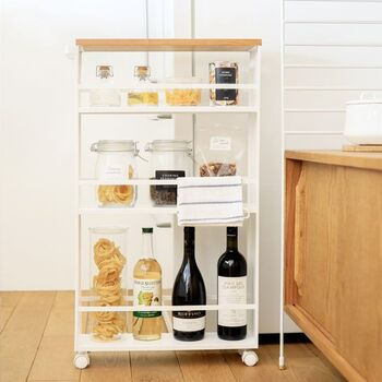 スリムタイプのキッチンワゴンで、キッチンのちょっとした隙間が収納スペースに早変わり!キャスターと取手付きで、引き出すのもかんたんです。3段のラックはそれぞれ高さが異なり、背の高いボトル類から小型の瓶まで、さまざまなアイテムが収納できますよ◎
