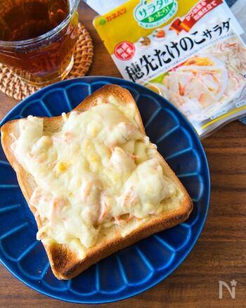 時間がない人は惣菜をフル活用! こちらはたけのこサラダを使ったチーズトースト。  たけのこサラダの代わりに、ポテサラ、たまごサラダ、ごぼうサラダ、他のサラダでもアレンジしてみたいですね。