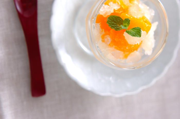缶詰のシロップにレモン汁を加えて、シャーベット風に。みかんと混ぜれば、食後にうれしいさっぱりデザートの完成です。