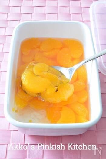 みかんの缶詰をシロップごとそのままゼリーに。シンプルで簡単だけど、さっぱりおいしいお手軽レシピです。
