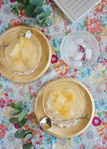 白ワインが入った、ちょっぴり大人の味のゼリー。桃の缶詰がワンランクアップします。