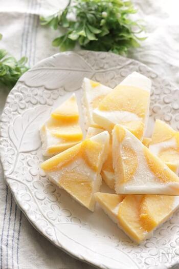 ヨーグルトとはちみつを混ぜて黄桃を並べるだけ。見た目も楽しい、簡単ヘルシーな冷たいおやつです。