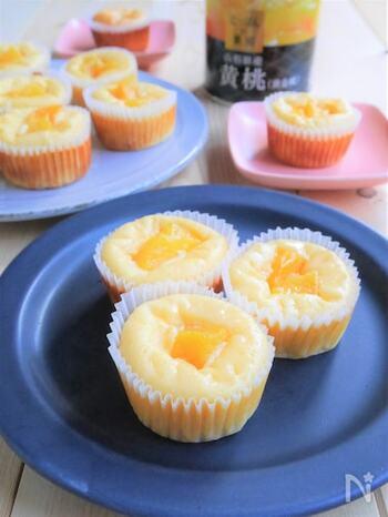 黄桃をトッピングに飾るだけでなく、細かくして生地に混ぜ込んでいるのでおいしさ倍増。米粉を使っているのでヘルシーです。