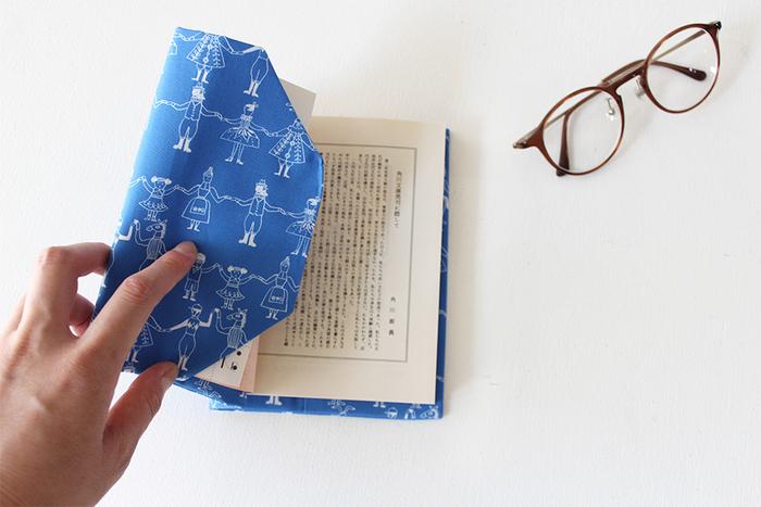 いつもの読書タイムをより豊かなものに感じさせてくれる「ブックカバー」。気になるものはありましたか?  長く愛せるものを見るけるもよし、気軽にチェンジできるものを試すもよし。季節や気分、その日のコーディネート、さらには本の内容に合わせて「ブックカバー」を選んでみるのも面白いですよ。