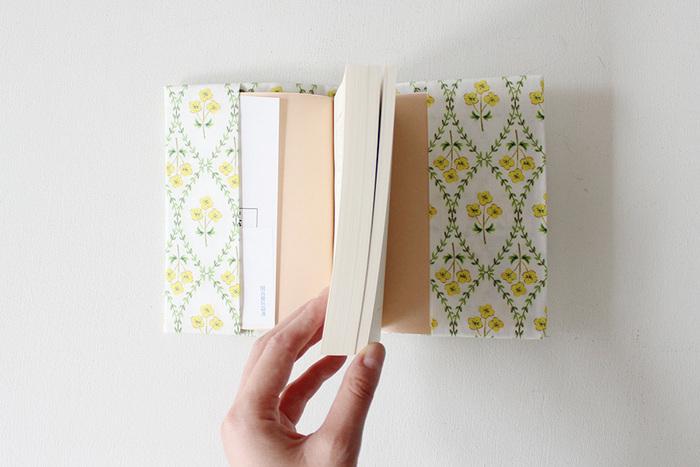 ブックカバーのおすすめ15選+おしゃれな作り方。革製&透明フィルム、手作り材料も紹介