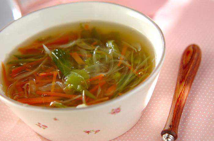 冷蔵庫にある野菜をどんどん刻んで、スープが一煮立ちしたらできあがり。細切りにすることで火の通りが早く、味もよく出ます。短時間でできるのにたっぷり野菜が摂れる、うれしいレシピです。