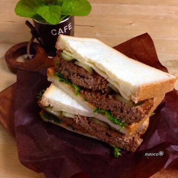 ちょっと多めにつくったハンバーグは、チーズやピクルスと一緒にハンバーガー風サンド♪ 半分にスライスすれば食べやすくなりますよ。