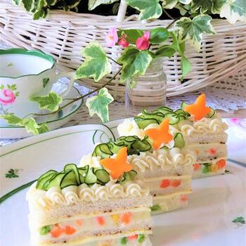 ポテトサラダがこんなに素敵なケーキに変身♪チーズとパンを交互に重ねて、仕上げは生クリームに見立てたマッシュポテトを絞り袋に入れてデコレーション。イベントに合わせて野菜のお飾りを変えてみるのも◎