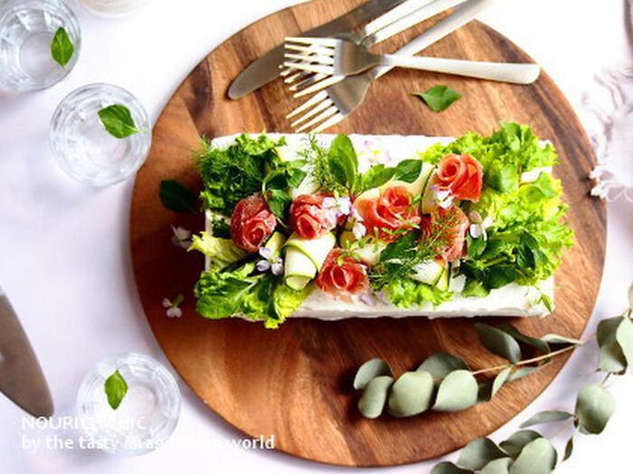 サンドする具材も配色にこだわって、断面も美しく仕上げる北欧スタイルのサンドイッチケーキ。フレッシュ野菜と生ハムのお花を咲かせてうんと華やかに仕上げましょう。