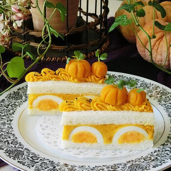 見た目にも可愛らしいかぼちゃとたまごのサンドイッチケーキ。まるごとたまごにたっぷりのかぼちゃを合わせて甘くて美味しい♪デコレーションもかぼちゃペーストで可愛く手づくりしましょ*